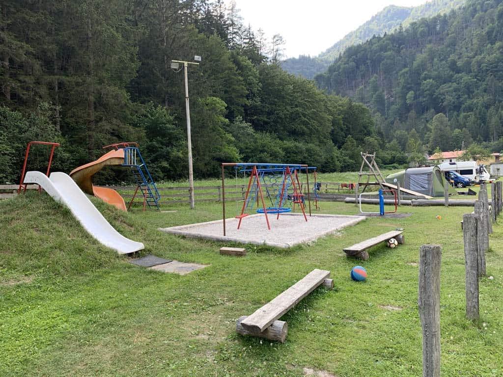 De speeltuin op de camping.