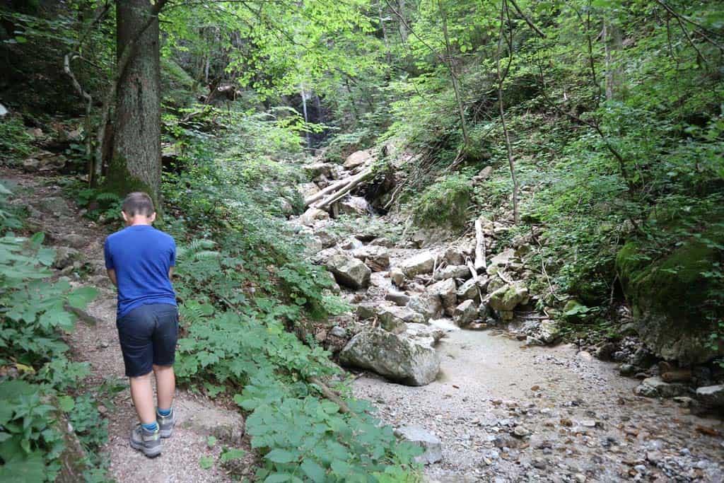 Wandelen naar de waterval vlakbij de camping. Middenin de zomer komt er niet veel water naar beneden.
