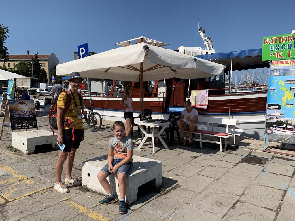 Wij kiezen deze kleinere boot voor onze dolfijnenexcursie.