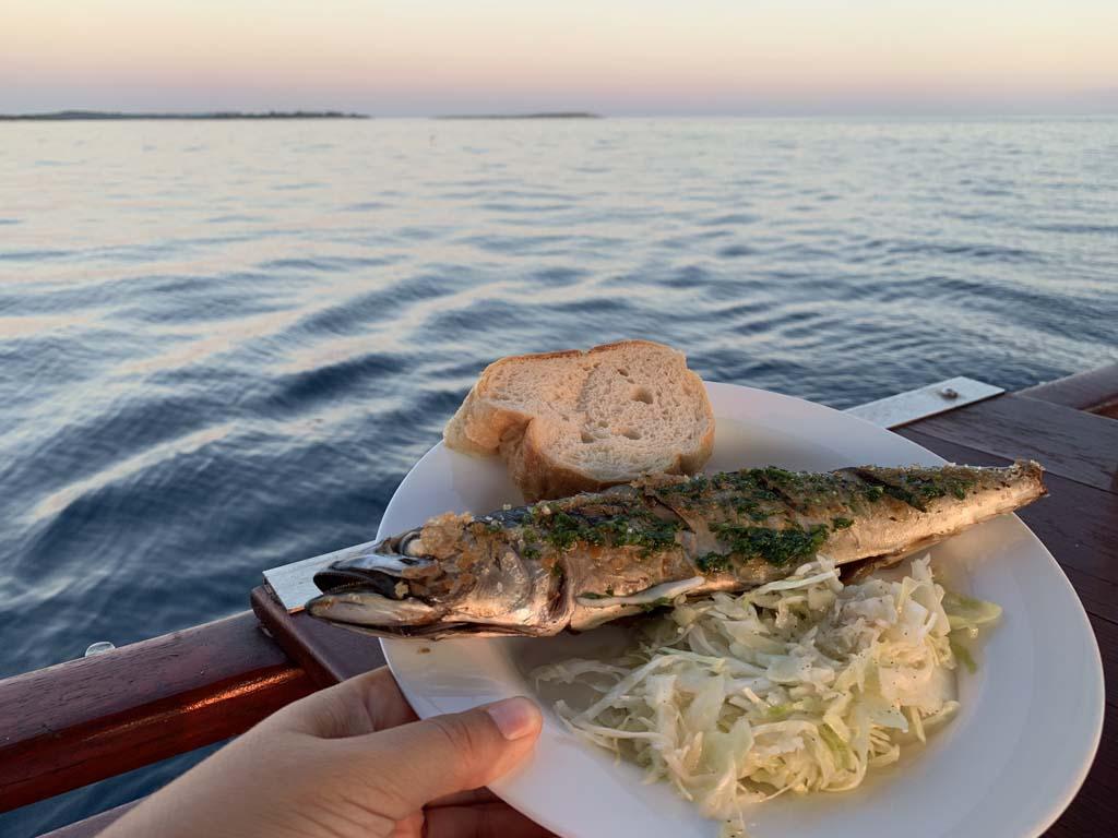 Lekker eten terwijl we met een mooie zonsondergang verder varen.