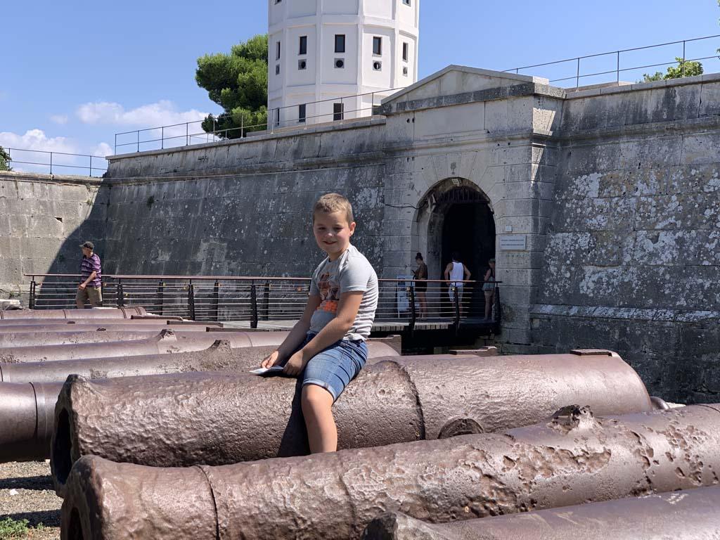 Een hele rij kanonnen voor de ingang van het fort in Pula.