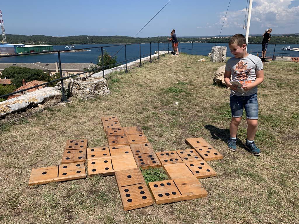 Spelletjes spelen in het fort.