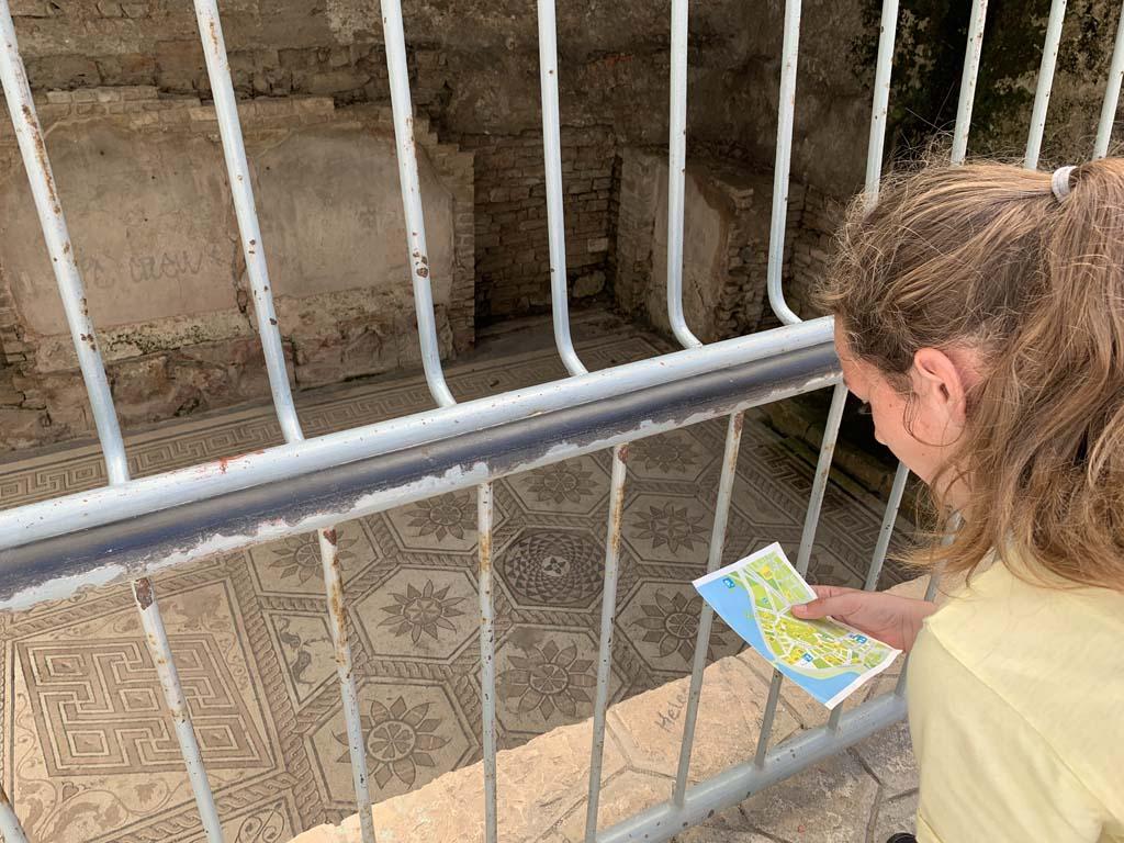 Het Romeinse mozaiek ligt een beetje verstopt op een binnenplaatsje.
