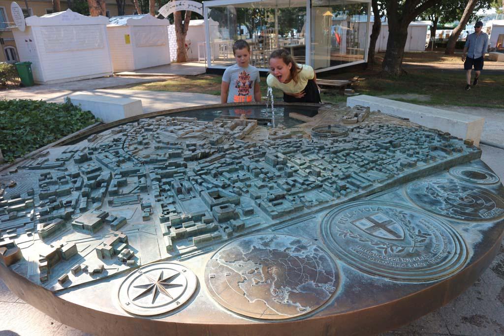 Op een pleintje vlakbij het amfitheater zien we deze maquette van Pula.