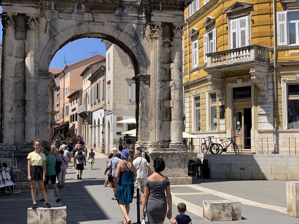 De Romeinse poort in Pula.
