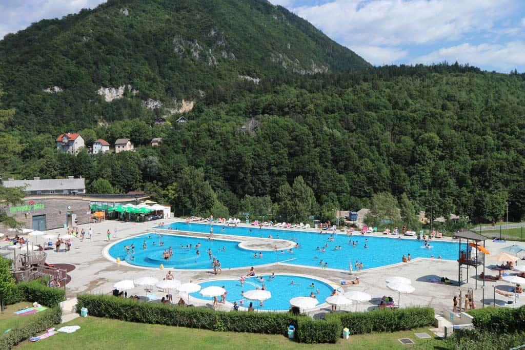 We vermaken ons goed bij zwembad Gorenjska Plaza.