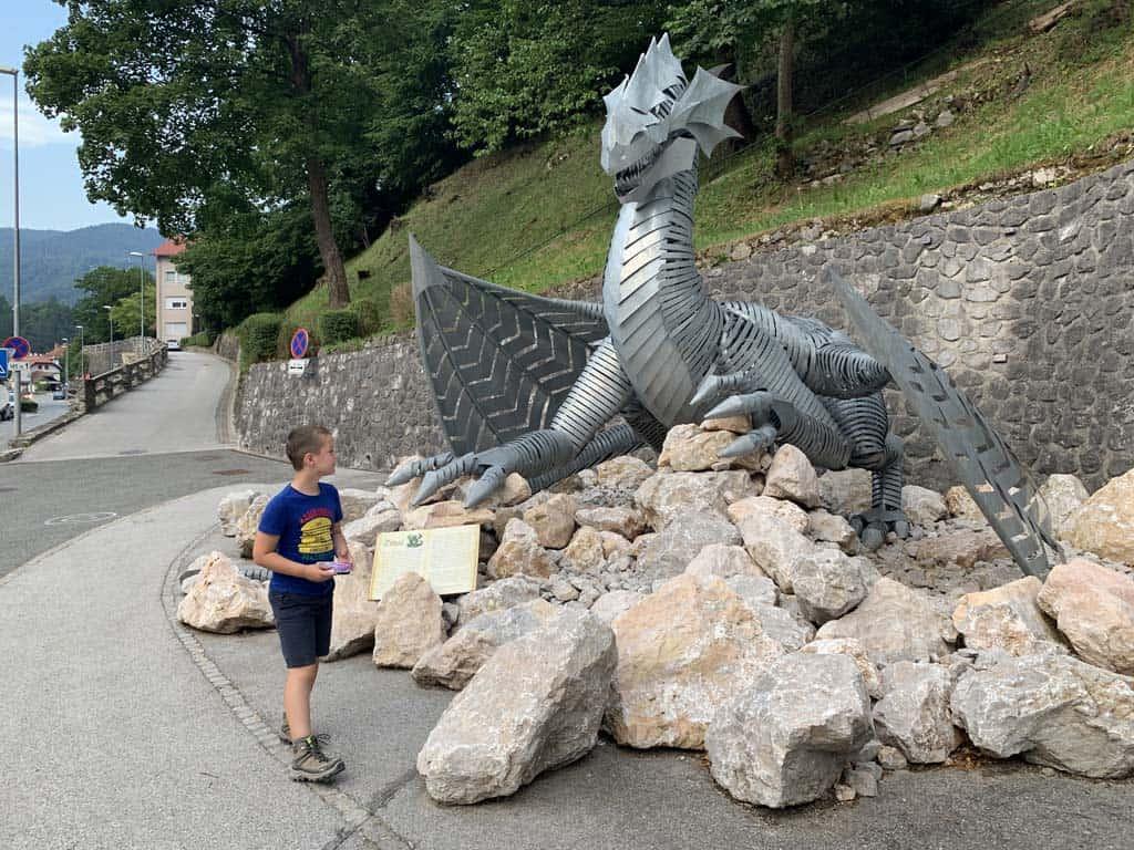 Oog in oog met de draak die we in Trzic treffen. Er hangt een bord bij met een mooi verhaal over deze draak.