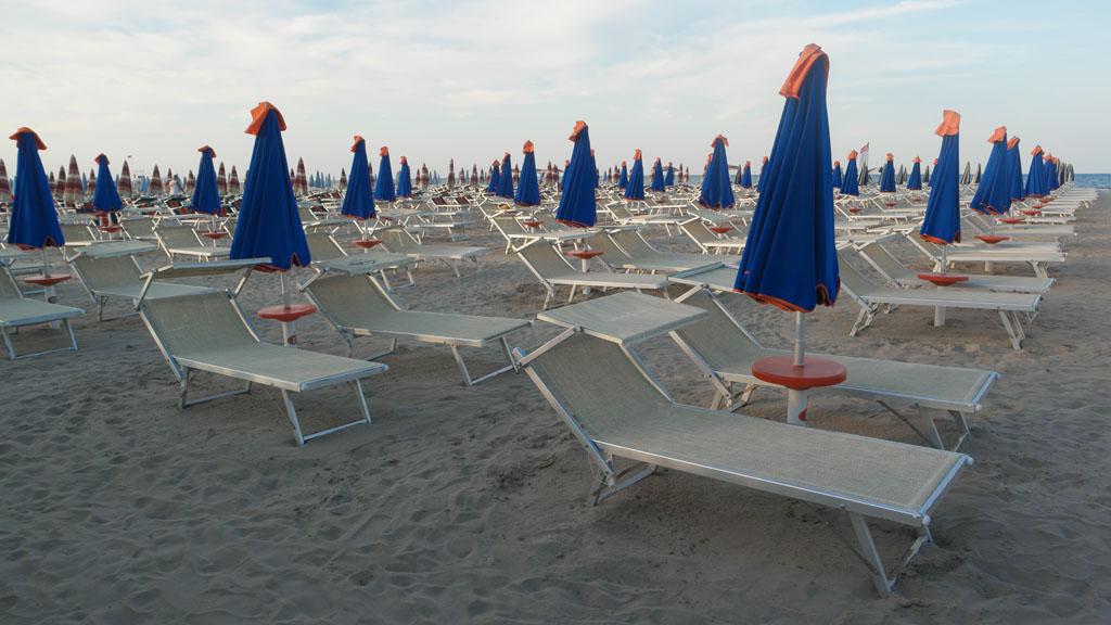Lege strandbedjes... deze foto is gemaakt een keer aan het einde van de dag. Nu hopel we vooral dat iedereen in de zomer weer op vakantie kan.