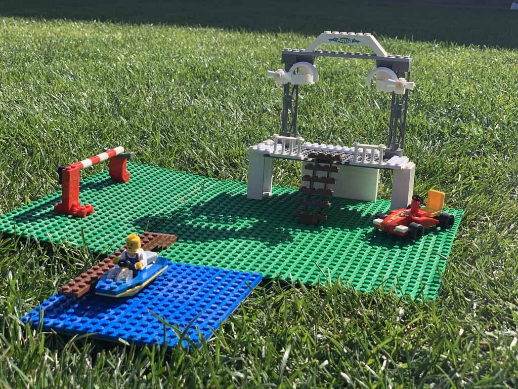 Mijn man en dochter maakten een podium voor het animatieteam en een aanlegsteiger met bootje.