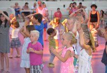 Heerlijk dansen en zingen bij de minidisco.