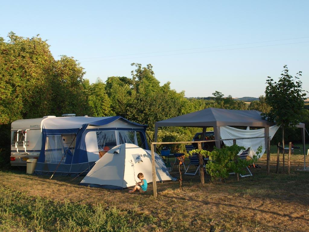 Zet een bijzettent vlakbij het kampeermiddel van de ouders.