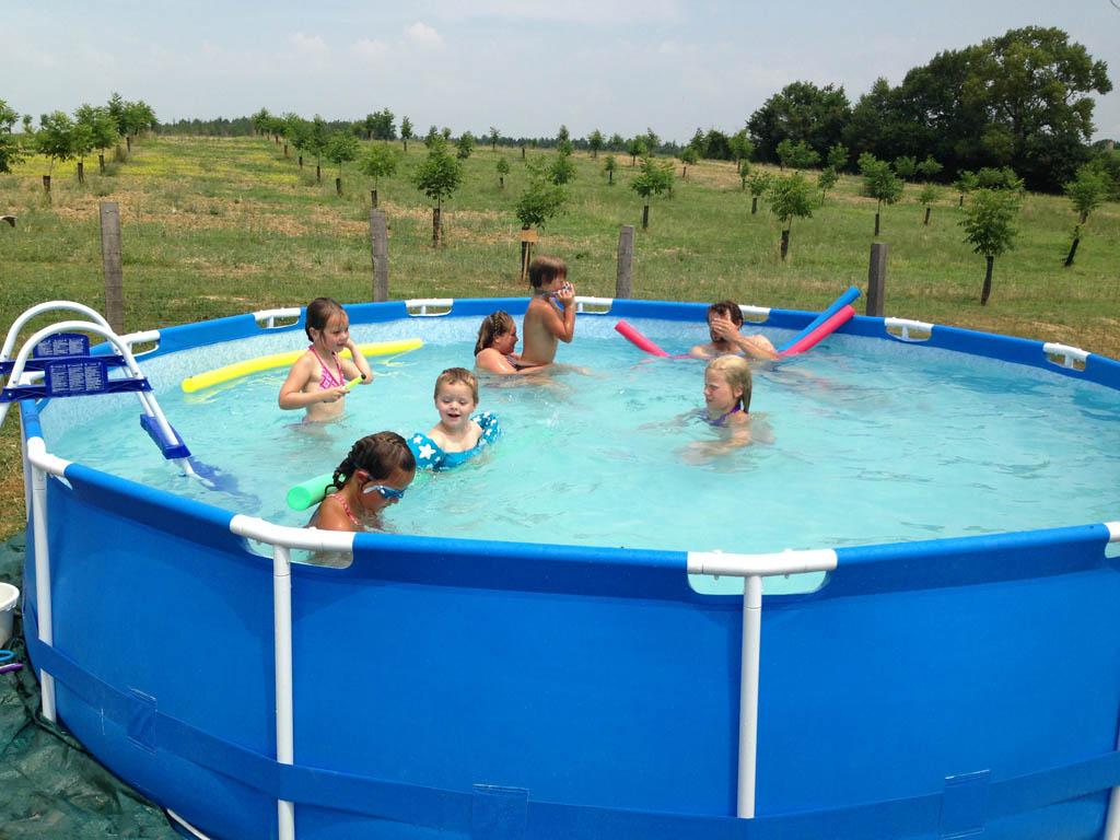 Zwemmen met de Sevylor Puddle Jumper in het zwembadje op de camping in Frankrijk.