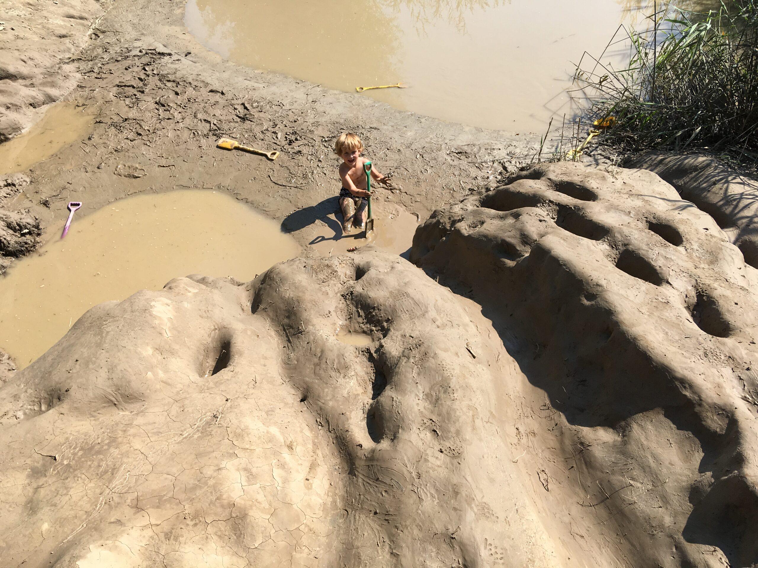 Dit kereltje is overduidelijk niet bang om vies te worden. Hij zit heerlijk te badderen in de modder en smeert zich van top tot teen in met het glibberige spul.