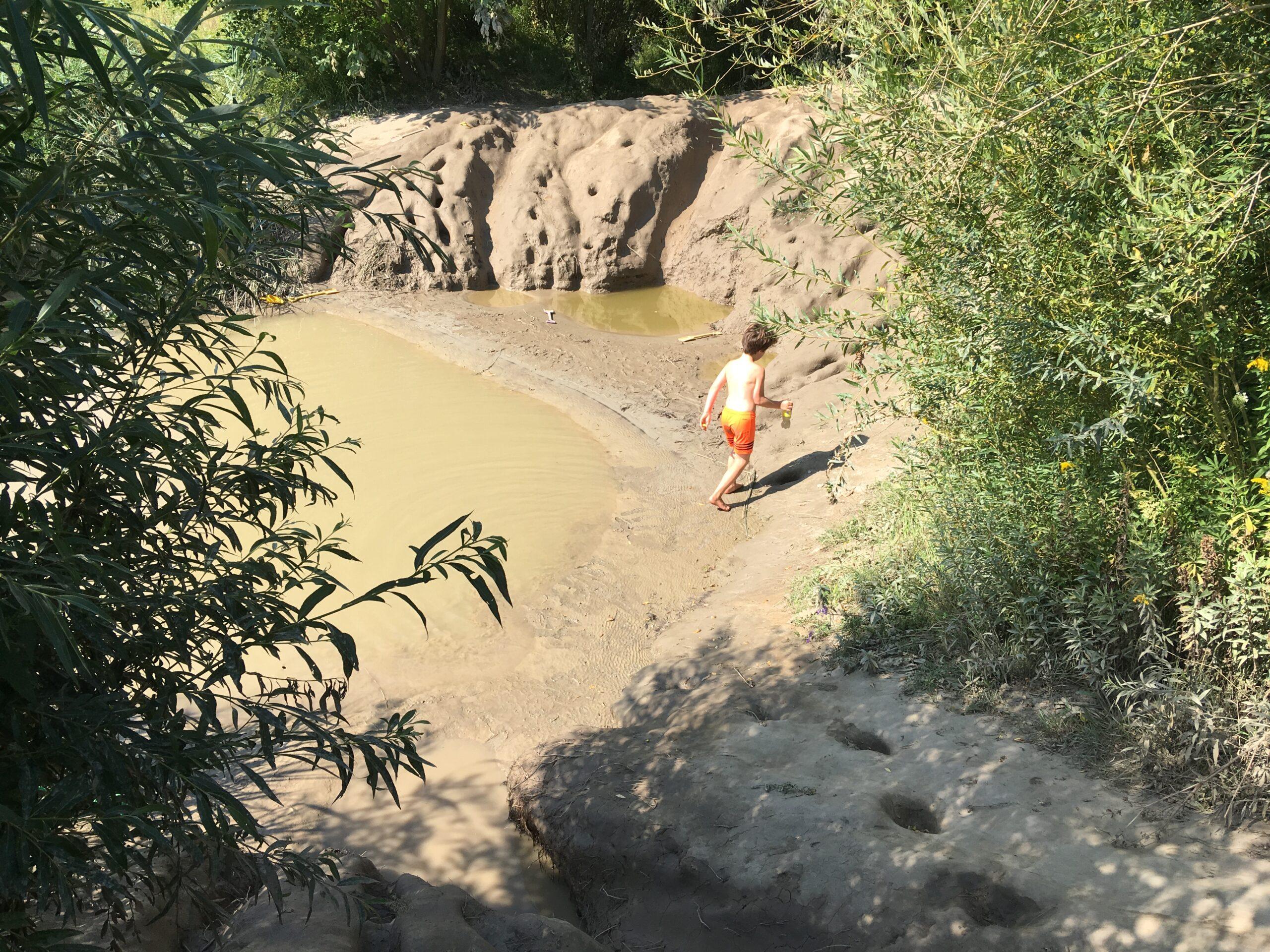 Zou dit de befaamde modderglijbaan zijn? Voorzichtig gaat de eerste teen de modder in.