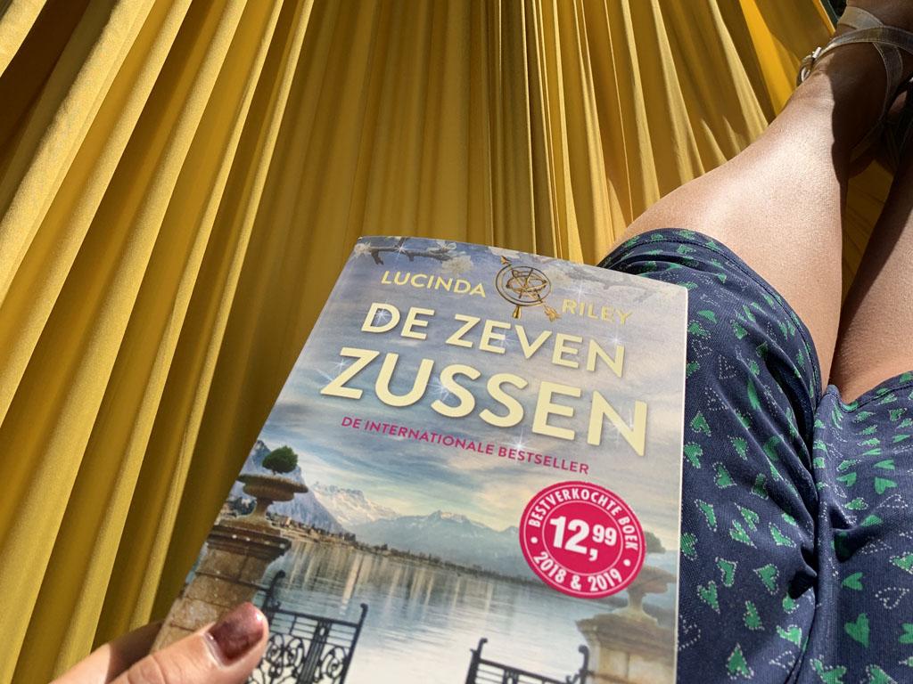 Bijtanken doe ik in deze roerige tijd met lezen in de hangmat. Ik ben begonnen aan De Zeven Zussen.