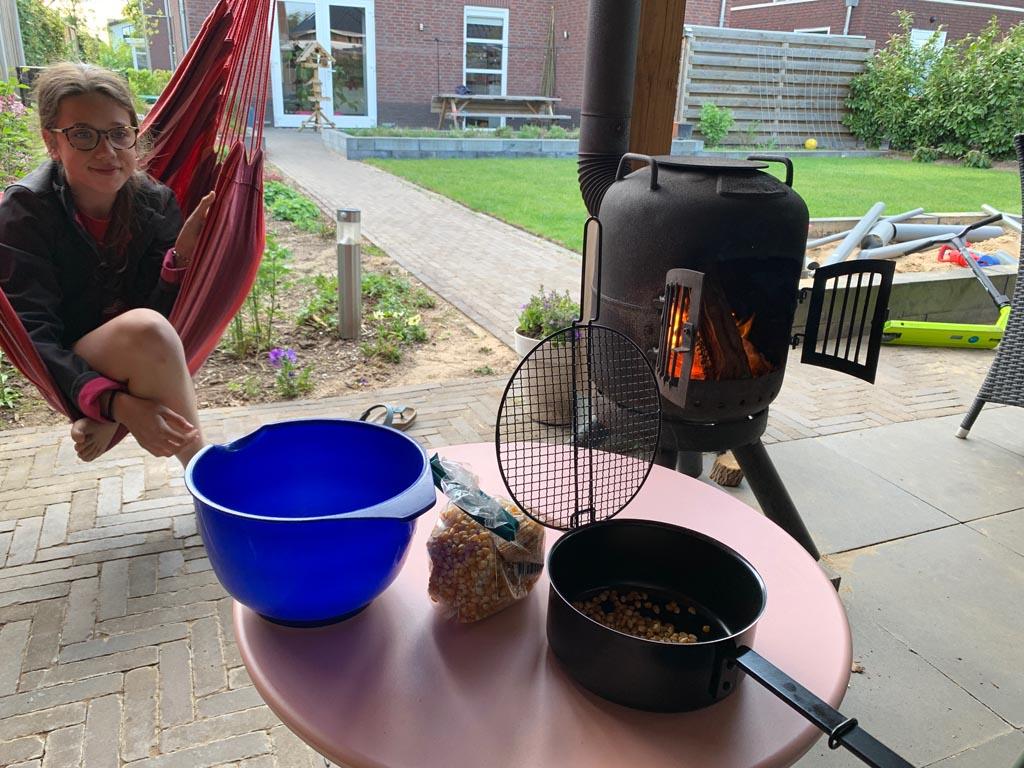 Popcornpan gebruiken bij het kampvuur