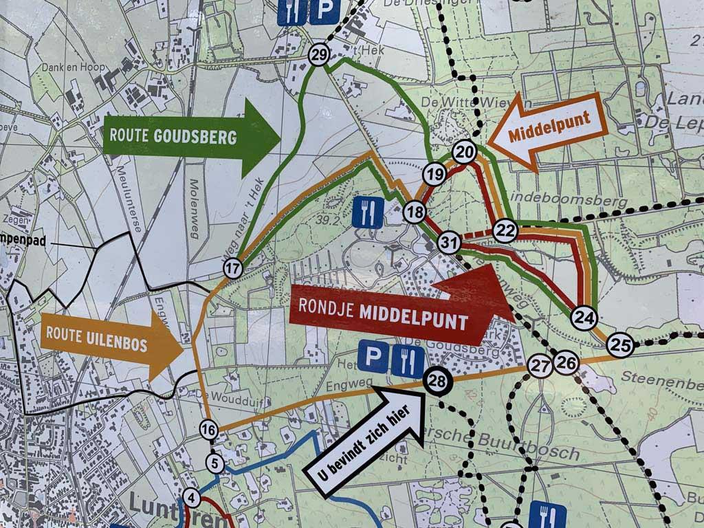 Er vertrekken meerdere wandelroutes vanaf Het Uilenbos.