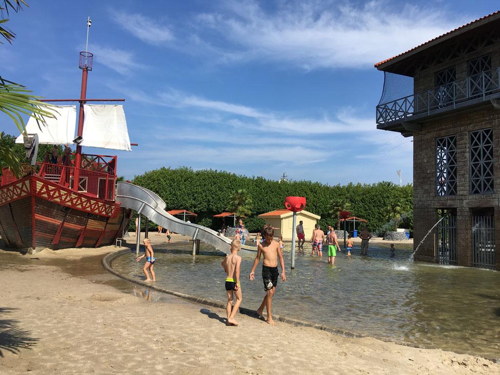 Bij mooi weer is waterpret gegarandeerd, bij een van de vele waterspeelplekken.