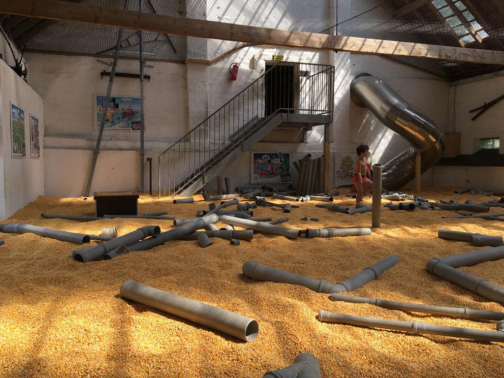 Een schuur vol maiskorrels en pvc-buizen. Garantie voor speelplezier.