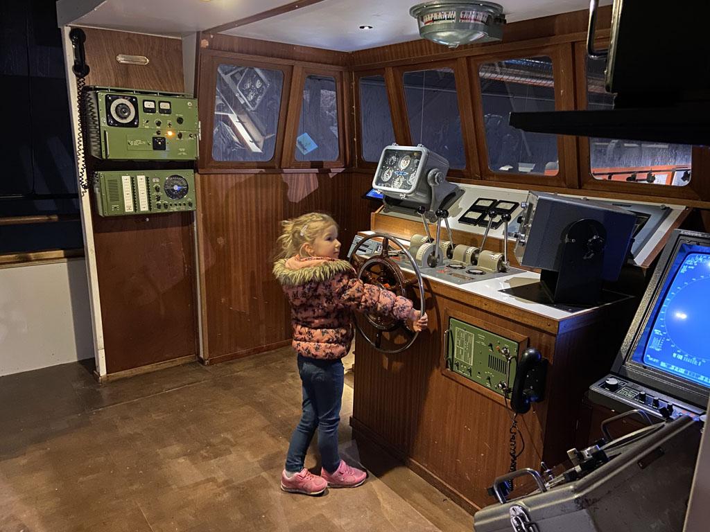 Een echte boot, met heel veel knopjes waar allemaal op gedrukt mag worden.