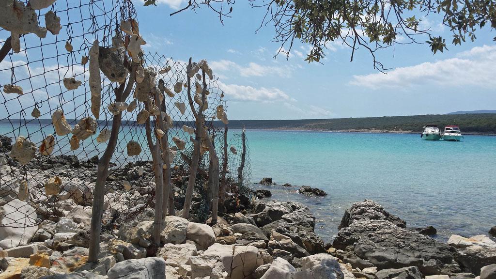 Soms vind je een afgelegen baai met zandstrand op Cres kvarner-eiland-19