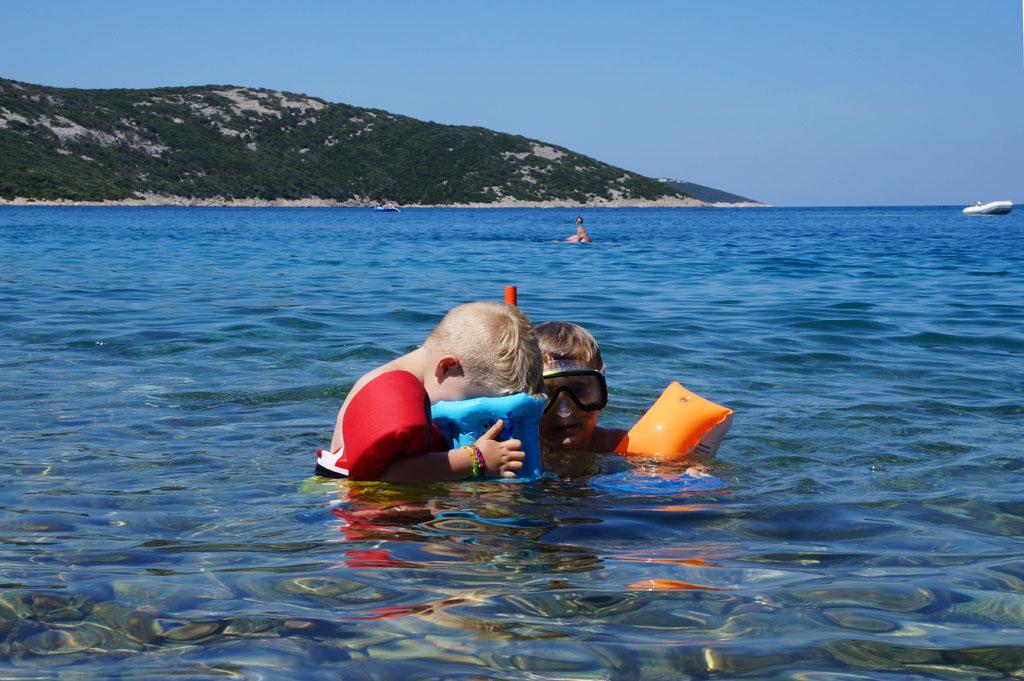 Het water rond de eilanden is vaak glashelder en kan je de kiezels zien liggen kvarner-eiland-20