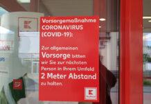 Lees de regels bij de voordeur van een winkel reizen-tijdens-pandemie-6