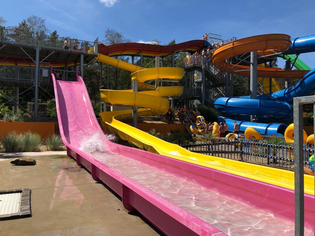 Ga naar een cool waterpark voor de leukste waterglijbanen!