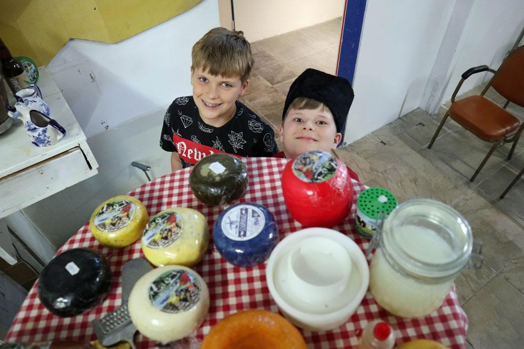 Dit is wat de boer allemaal gebruikt bij het maken van kaas volendam-met-kinderen-12