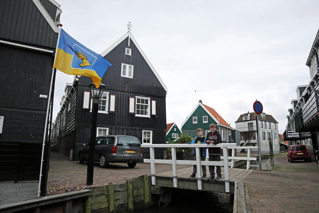 Een typisch Markens plaatje, met de vlag van Marken volendam-met-kinderen-18