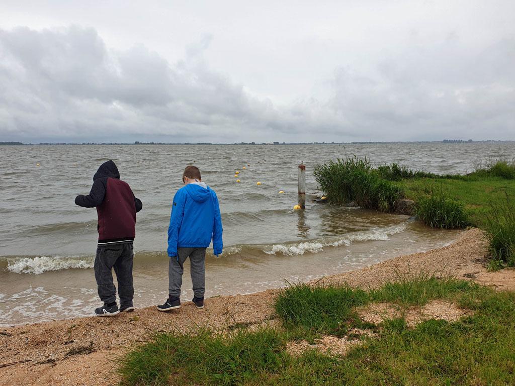 Aan het strandje wachten op de boot volendam-met-kinderen-2