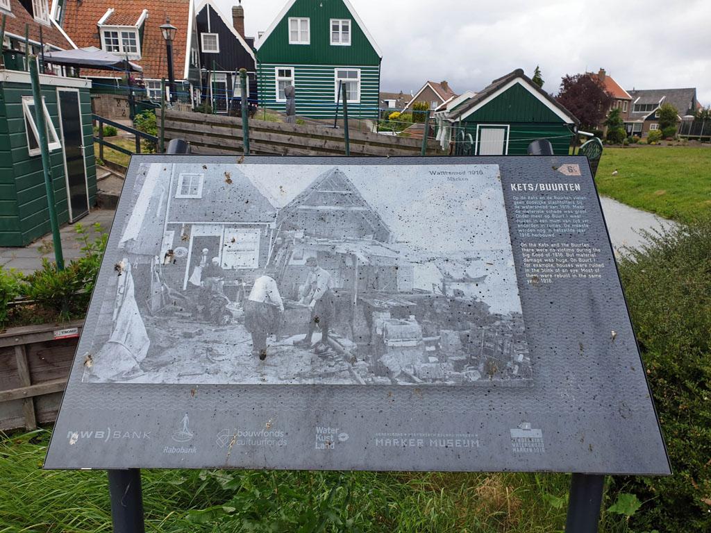 Op verschillende plekken in Marken kan je lezen over de geschiedenis volendam-met-kinderen-30
