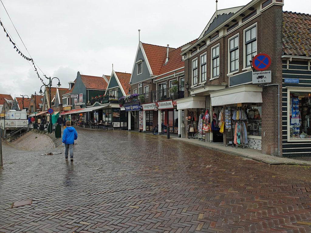 De boulevard van de vissershaven van Volendam met heel veel souvenir winkeltjes volendam-met-kinderen-5