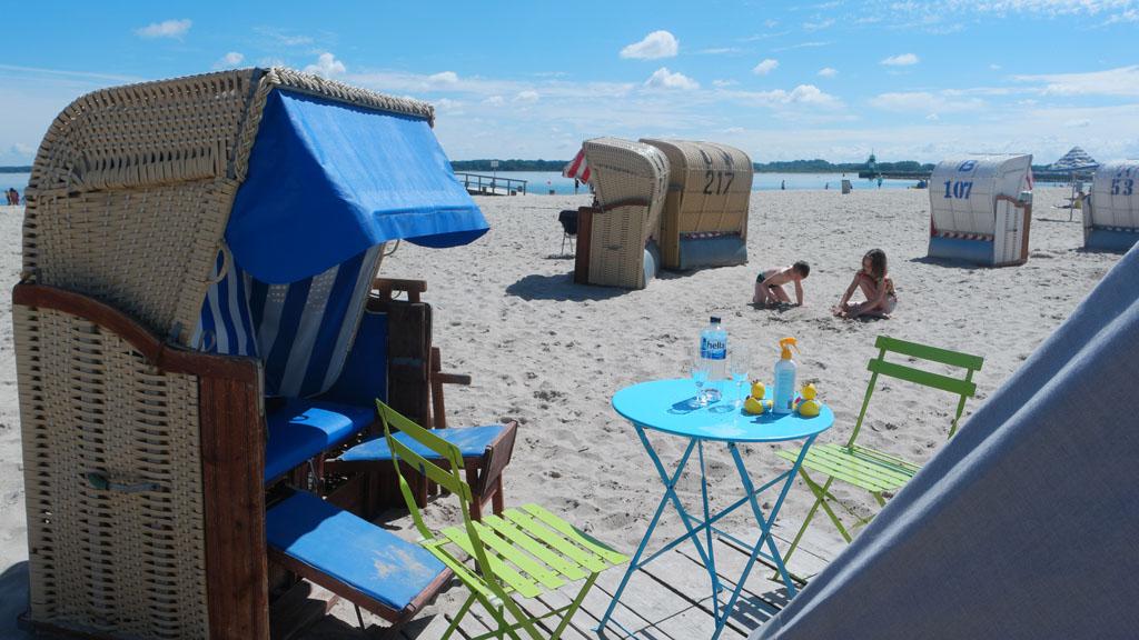 Het strand in Travemünde met de typisch Duitse strandkorven.