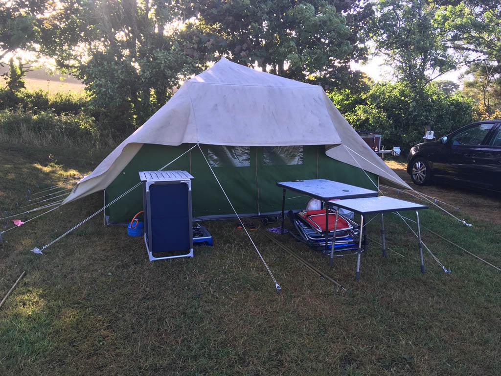 Na de storm. De tent van Annemiek komt er zonder kleerscheuren uit, maar spannend was deze avond wel.