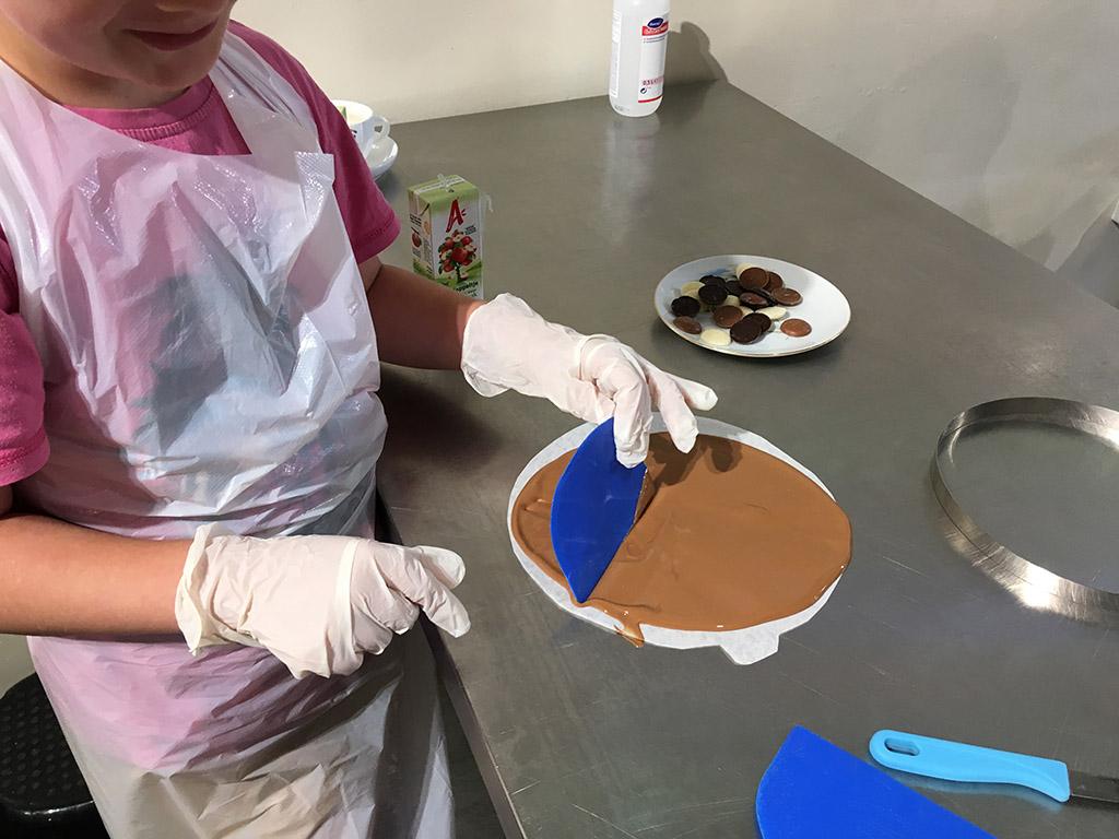 Van vloeibare chocolade maken we een eetbare bonbonnière.