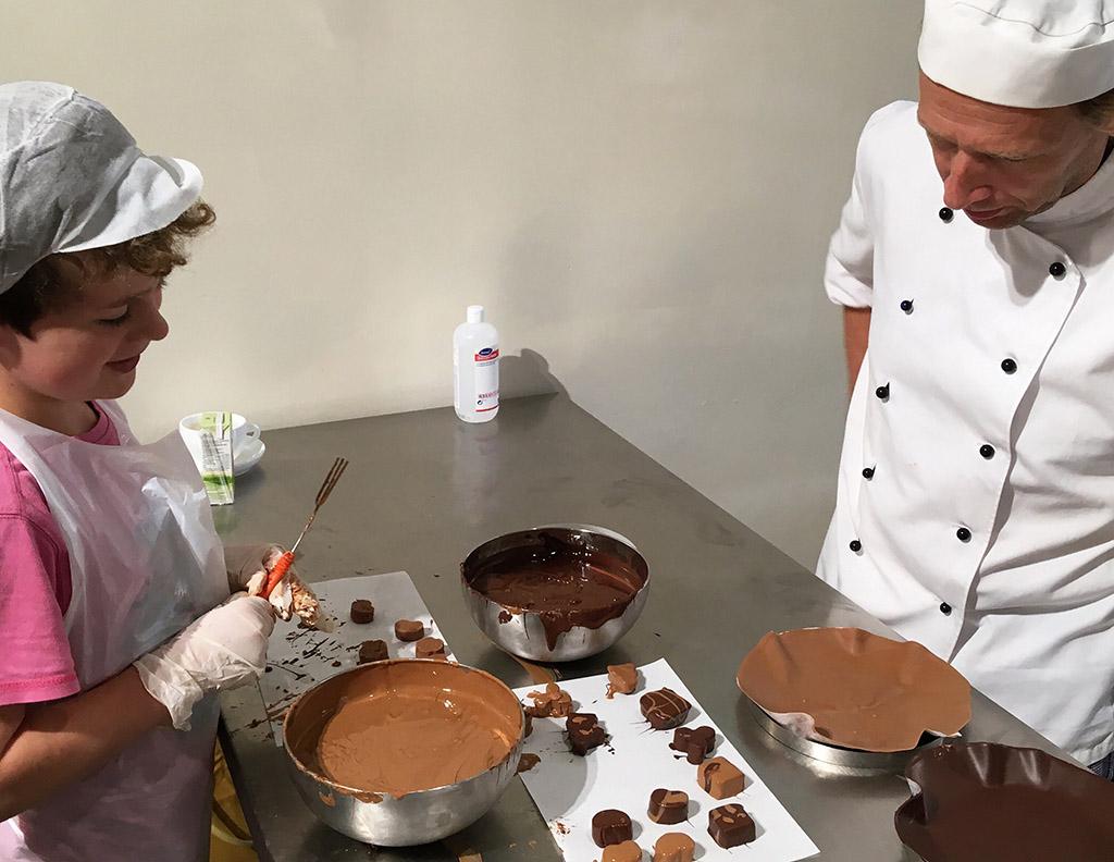 De chocolatier loopt na zijn uitleg rond om vragen te beantwoorden en tips te geven.