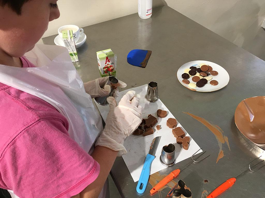 We maken de vormpjes van de bonbons. 'Kleien' mag niet, want ook de vulling kan smelten.