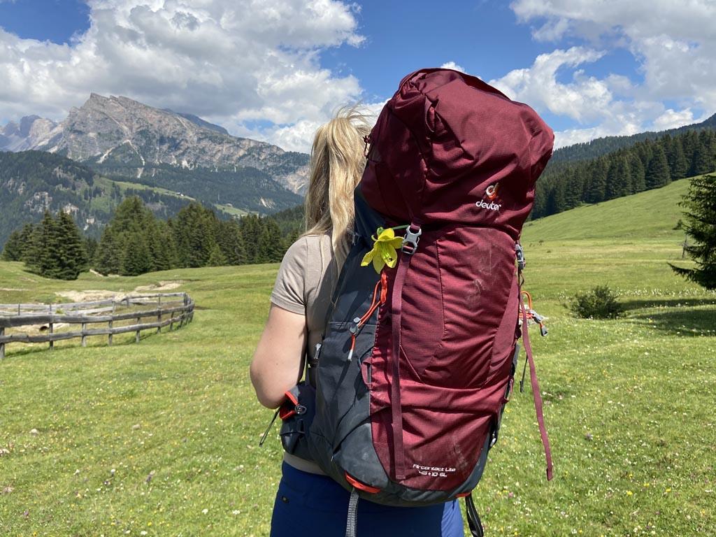 Aan de voorkant van de backpack kan je ook wandelstokken bevestigen.