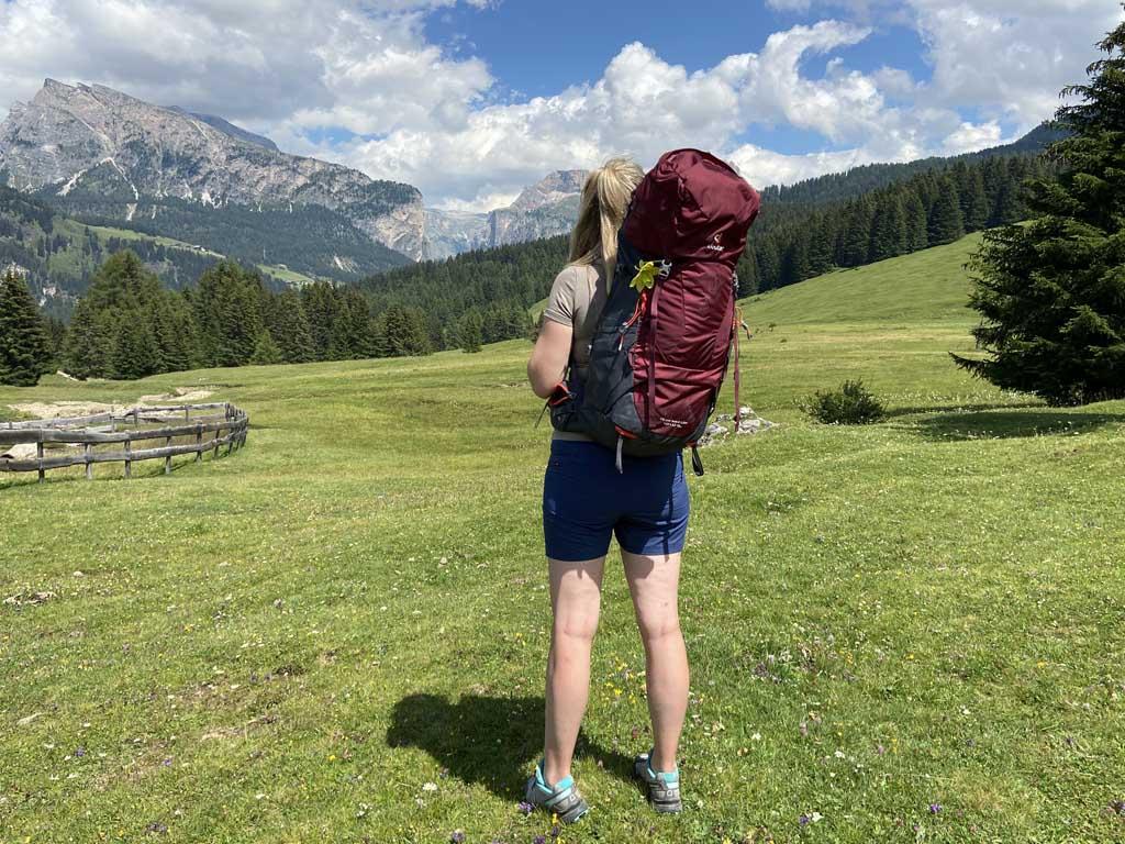De Deuter Aircontact Lite 45 + 10 SL is een trekking backpack die speciaal ontworpen is voor dames.