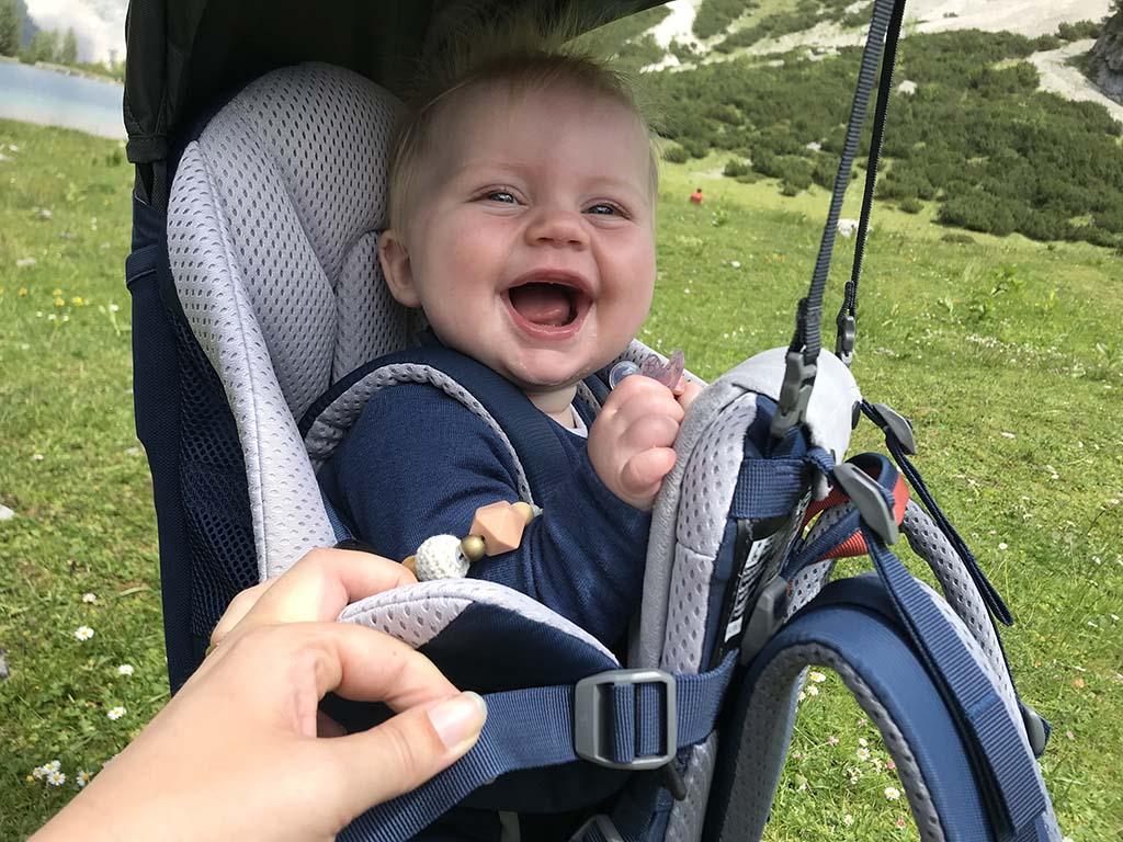 De Kid Comfort Active kan je makkelijk op maat maken. Onze dochter vindt het heerlijk in de rugdrager.