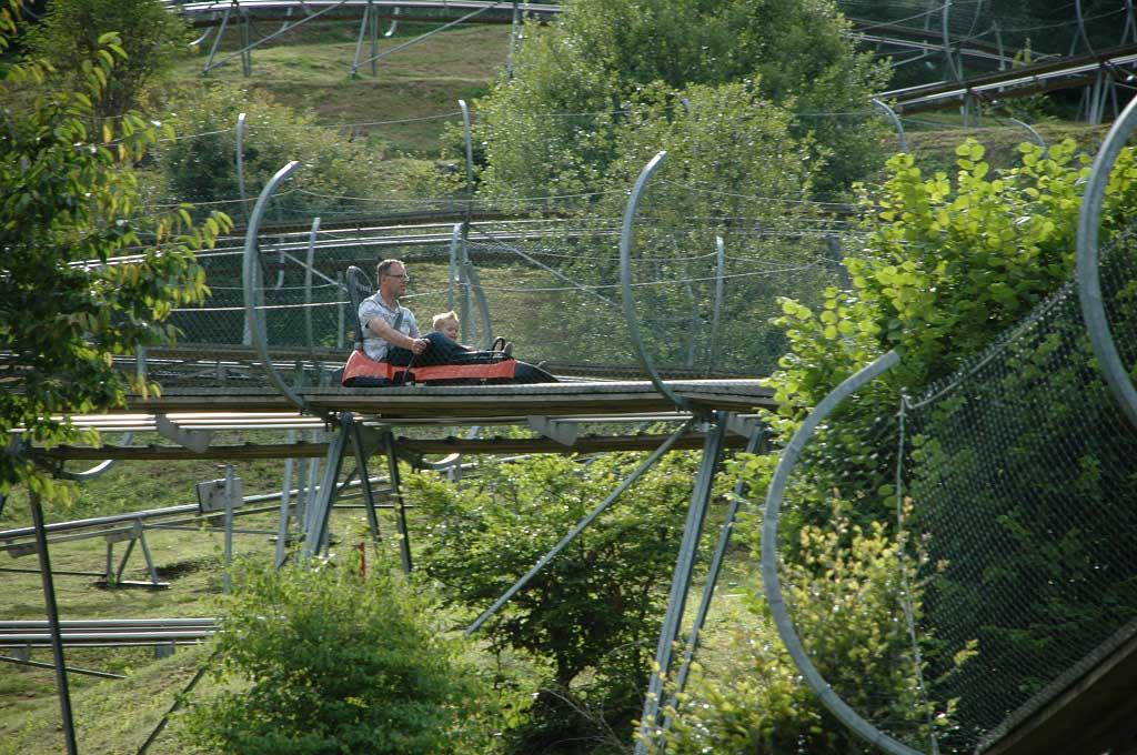Toffe rodelbaan in het Eifelpark, een dierenpark in Duitsland en pretpark in 1
