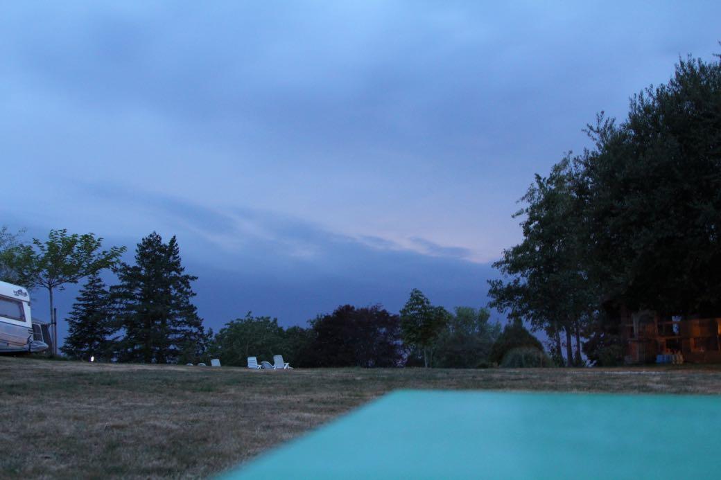 De lucht is dreigend donker.