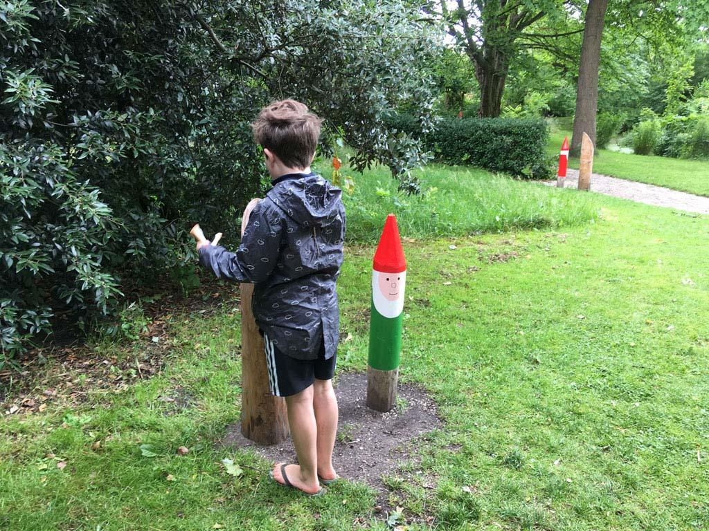 We lopen eerst het kabouterpad. Zelfs deze 8-jarige speurt nog fanatiek naar kabouters.