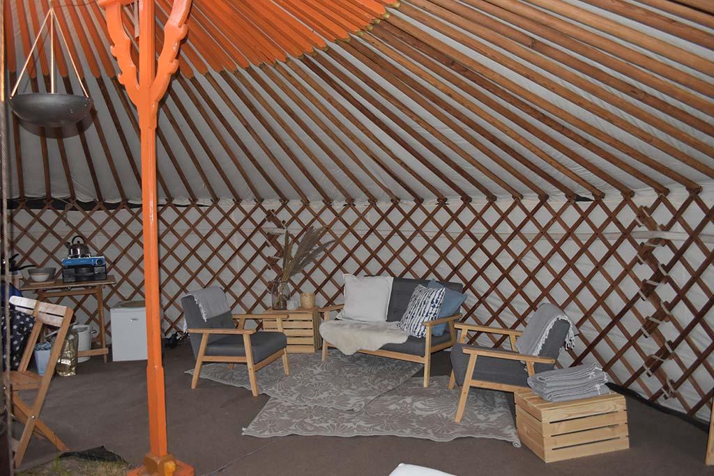 Wat veel ruimte heeft deze yurt!