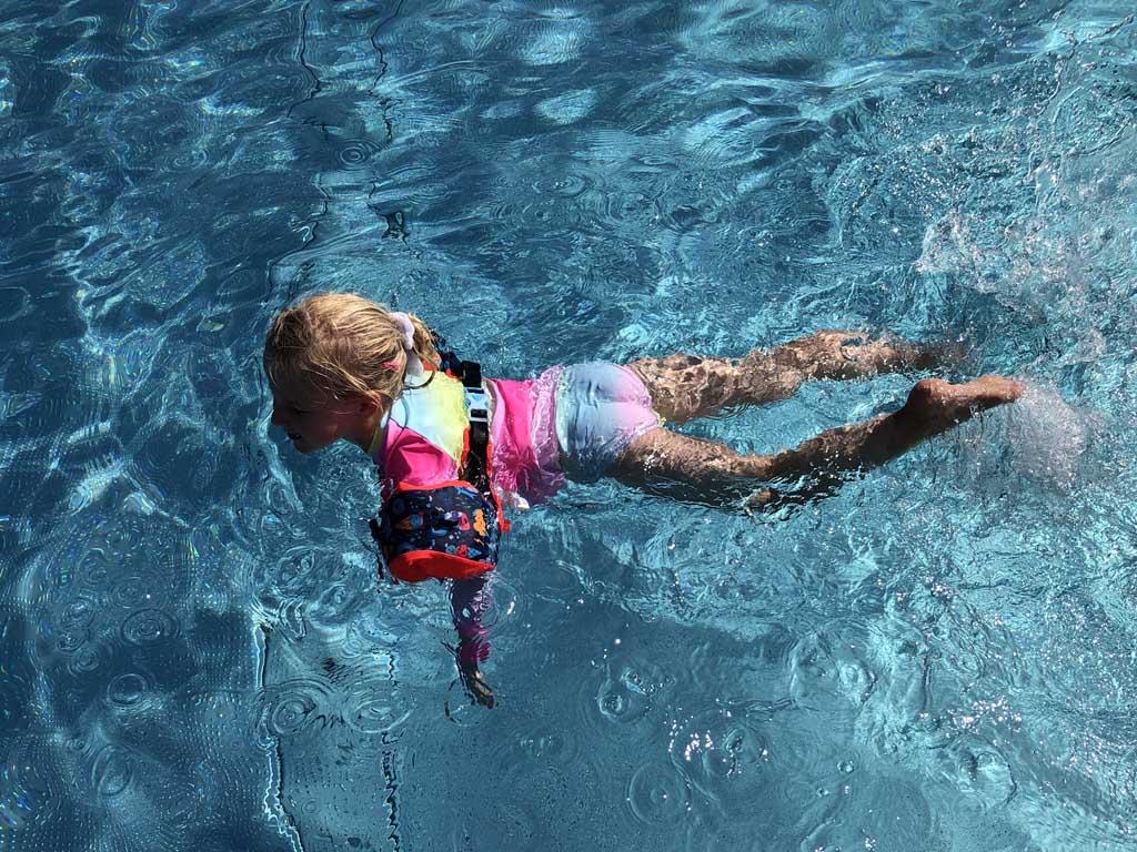 Met de volledige Tiswim (buikband inclusief zwembandjes) ligt onze dochter mooi in het water. Oefenen met zwemmen is nu makkelijk.