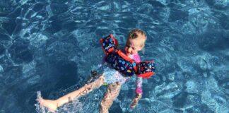 Dobberen in het water of zwemmen op de rug gaat perfect met de Tiswim. Dit komt door het extra drijfvermogen van de buikband.