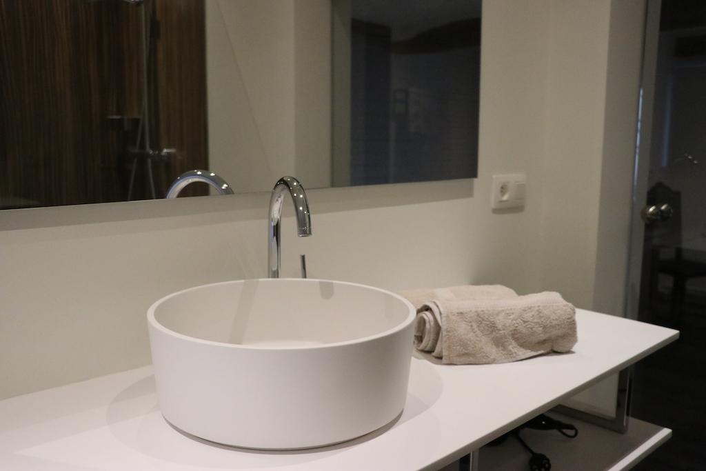 De slaapkamers hebben ook nog eens hypermoderne badkamers. Wat een luxe!