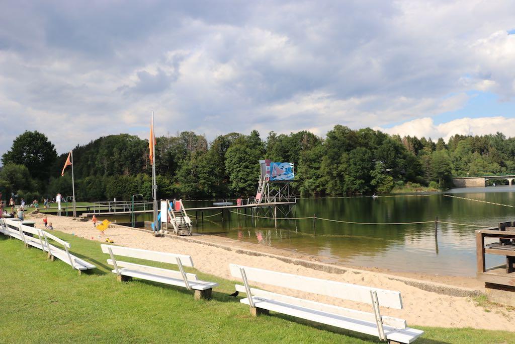 Er is een zandstrand en er is een gedeelte van het meer afgezet zodat je veilig kunt zwemmen.