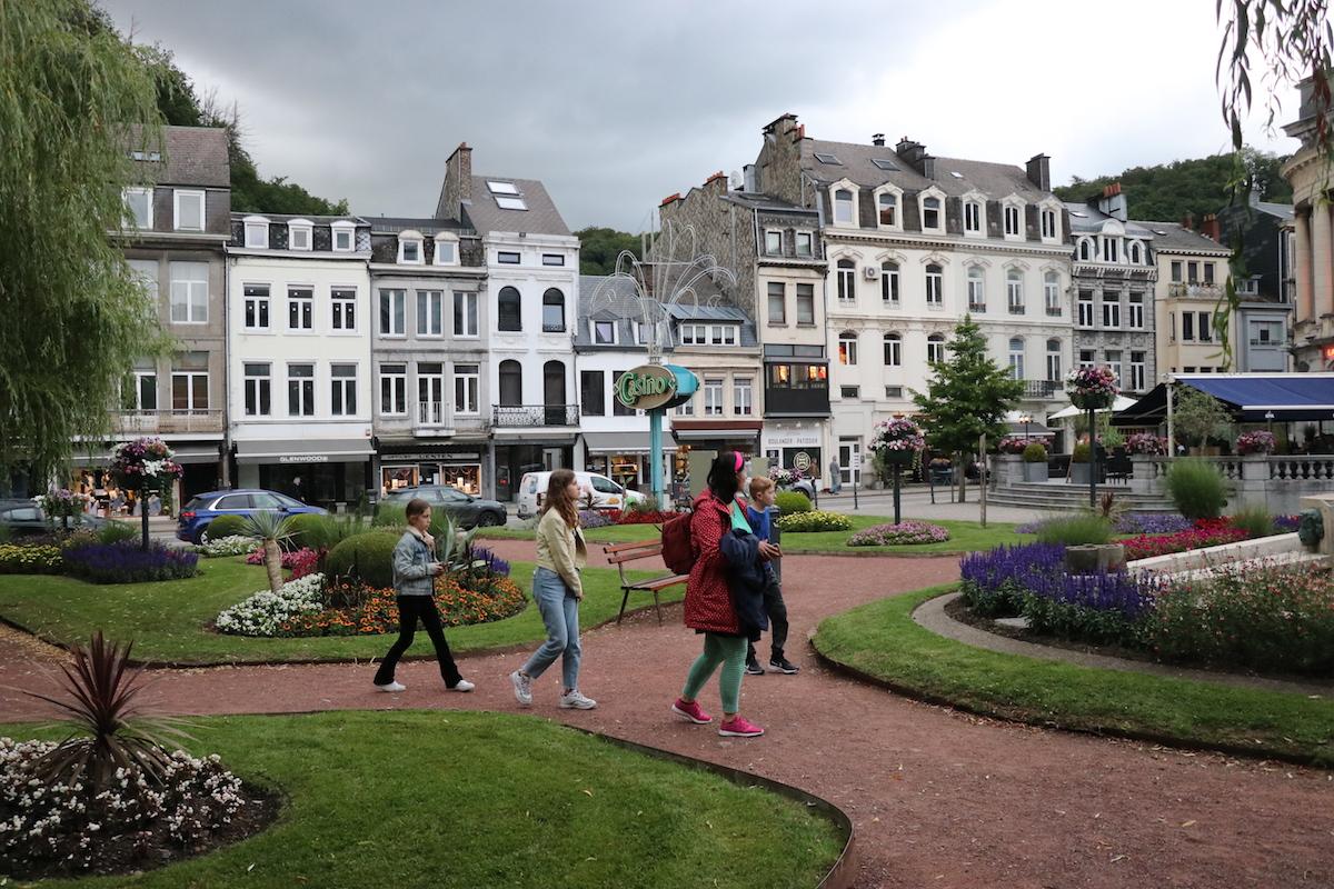 We maken een stadswandeling door Spa door de blauwe pijlen en stoeptegels te volgen.